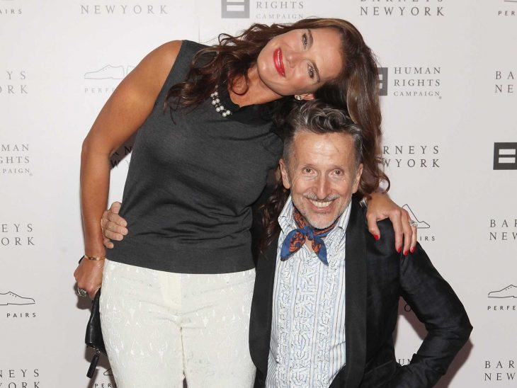 Mujer alta abrazando a nun hombre de baja estatura