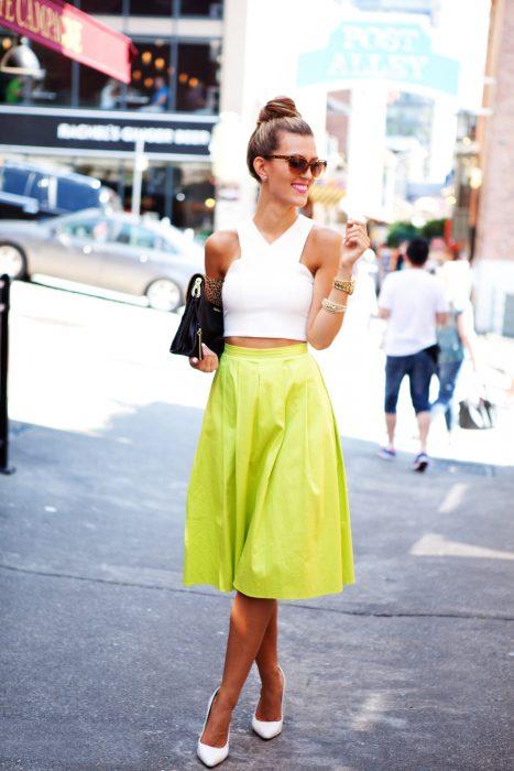 Chica alta caminando por las calles de nueva york