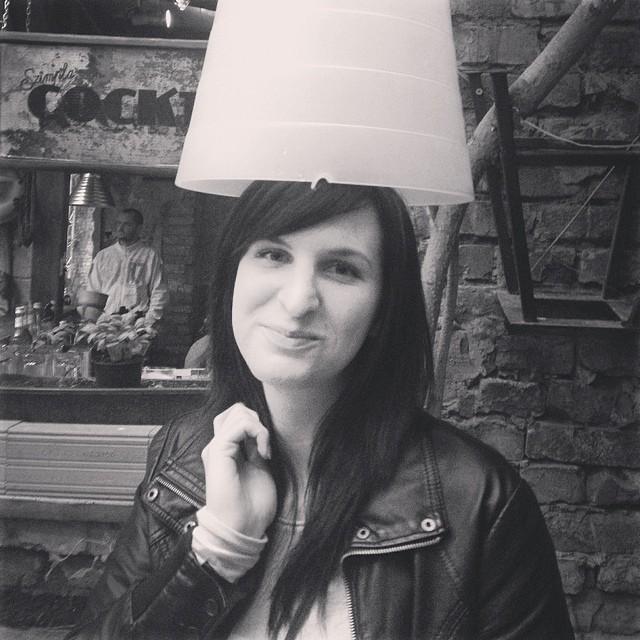 Chica golpeando su cabeza con un candelabro