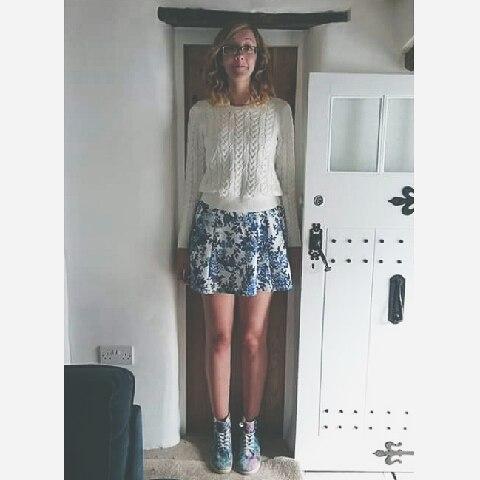 Chica alta tratando de entrar por la puerta pequeña
