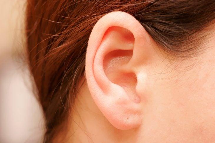 mujer con orejas pequeñas