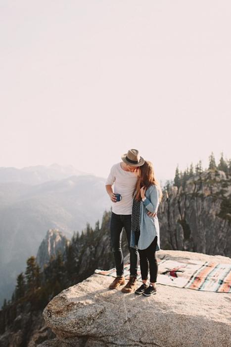 Pareja besándose en una montaña