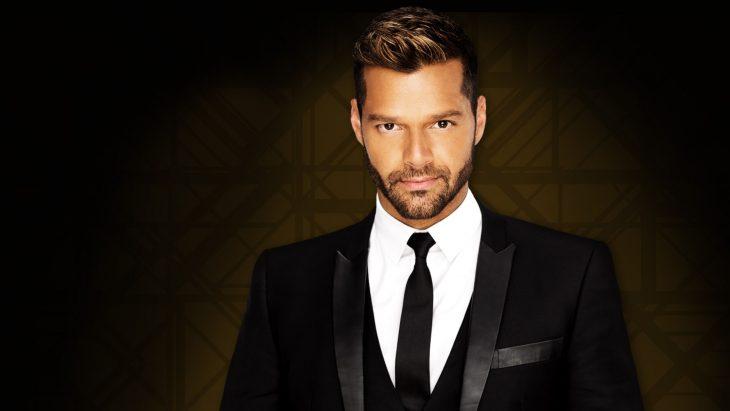 Cantante Ricky Martin en traje