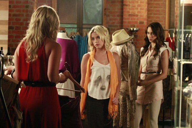 Escena de la serie pretty little liars chicas peleando con otra