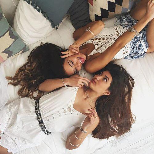 Chicas recostadas en la cama