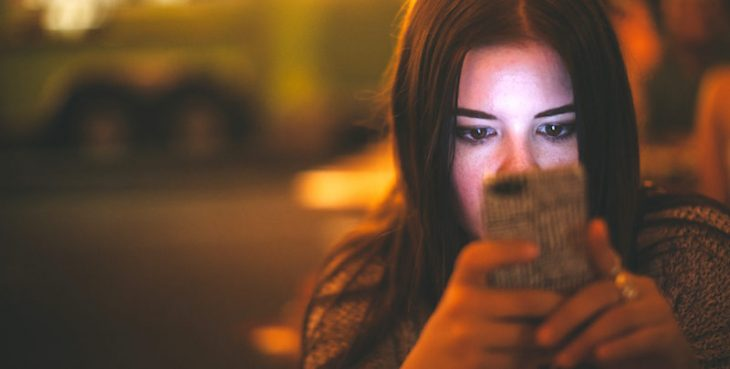 mujer celular sola