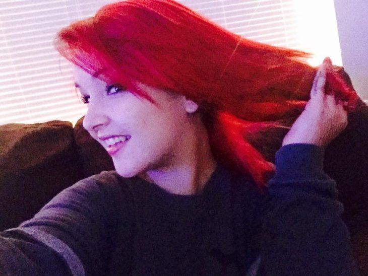 Brittaney Lynn Shane con cabello rojo