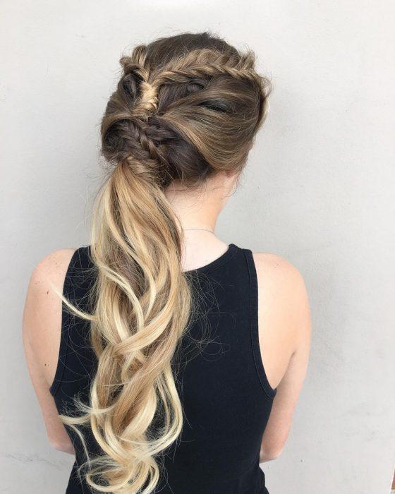 Chica con una trenza cola de pez que es envuelta por más cabellos