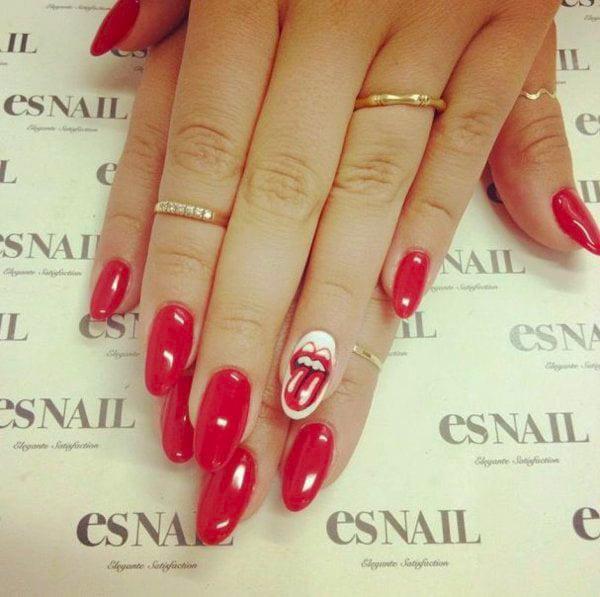 Uñas de color rojo con una uña con el logo de los rolling stones