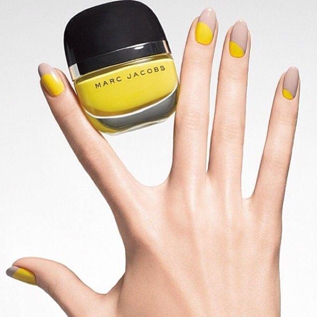 Uñas con diseños minimalistas en color amarillo con café