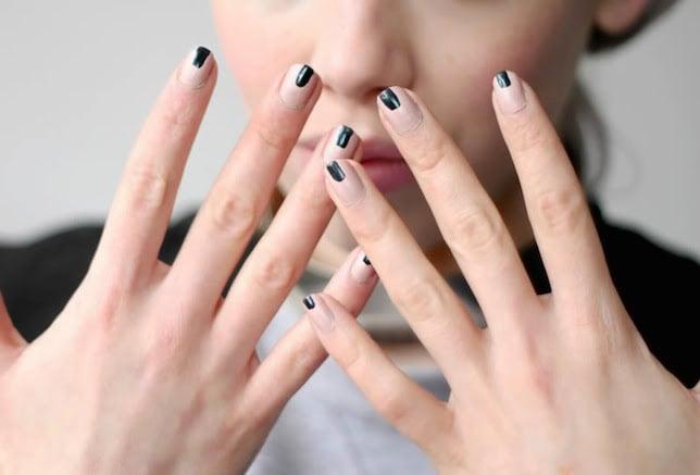 Uñas con diseños minimalistas con lineas en color negro