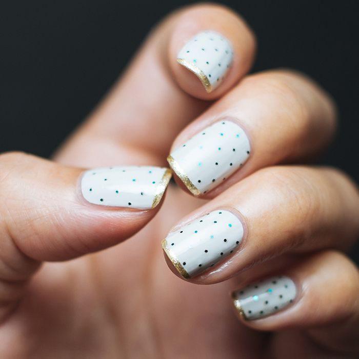Uñas con diseños minimalistas en color blanco con puntos en color negro