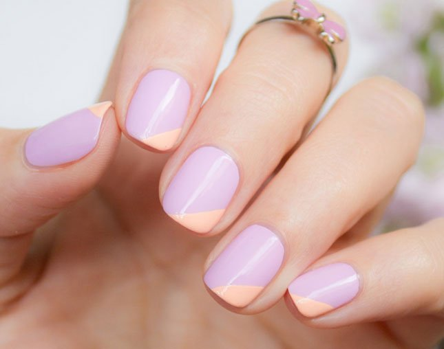 Uñas con diseños minimalistas en color morado con rosa