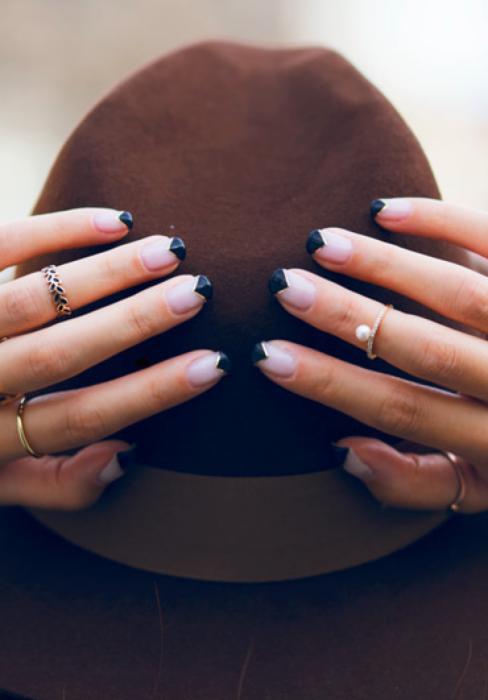 Uñas con diseños minimalistas con triángulos en la punta de las uñas