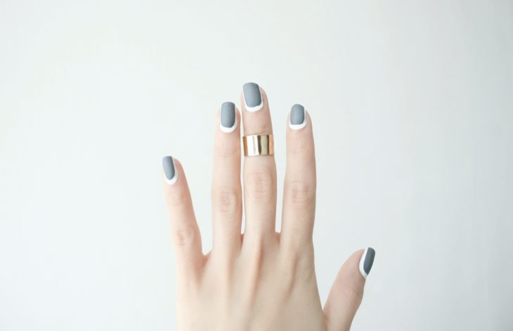Uñas con diseños minimalistas en color gris con blanco
