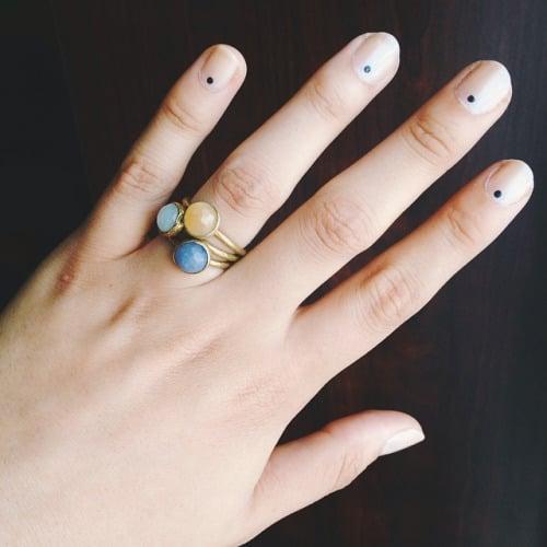 Uñas con diseños minimalistas con puntos en color blanco