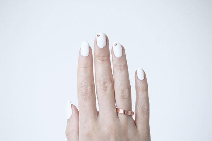 Uñas con diseños minimalistas puntos en color dorado