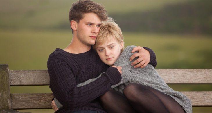 Escena de la película now is good pareja de novios abrazados