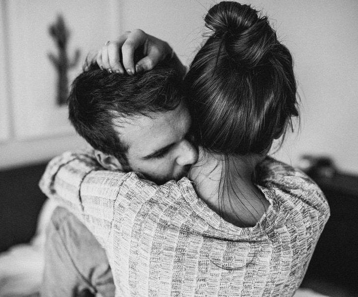 Pareja de novios abrazados besándose