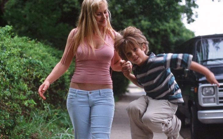 madre soltera y su hijo jugando felices