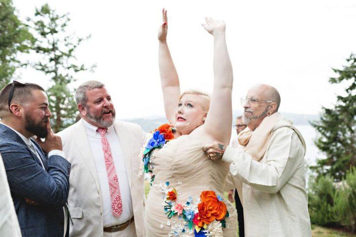 novia con sobre peso probando vestido padre le ayuda