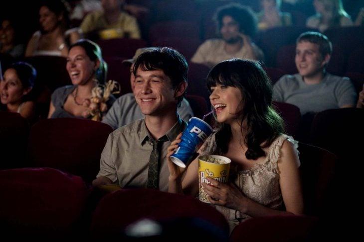 pareja feliz en el cine refresco y palomitas