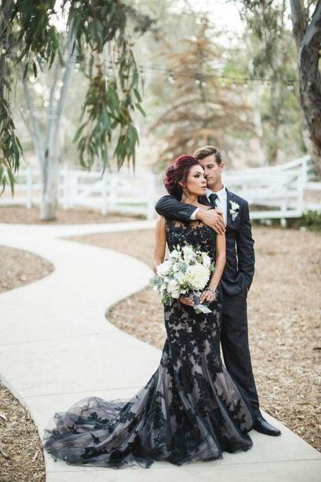 Chica con vestido de novia negro