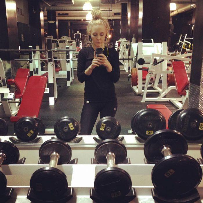 Chica vestida de negro en el gym