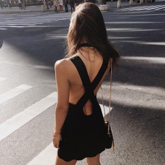 Chica con un vestido de verano negro