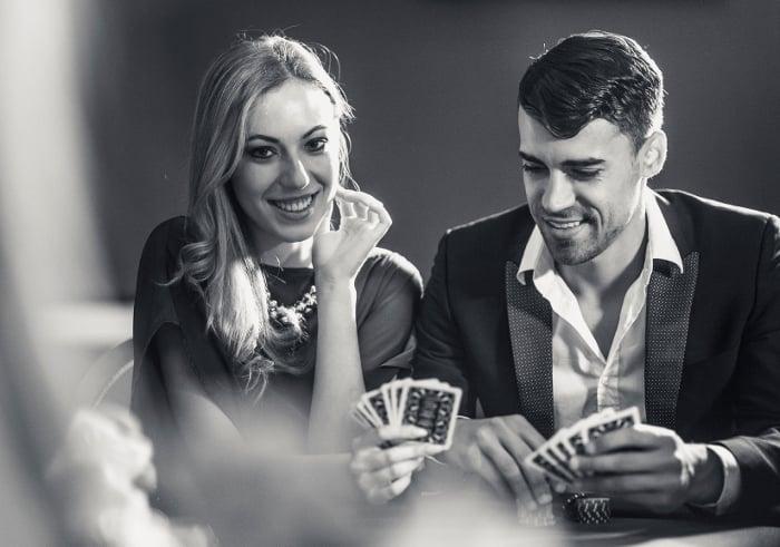 pareja jugando poker