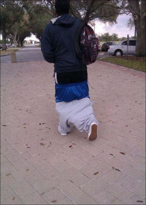 mal vestido pantalones abajo