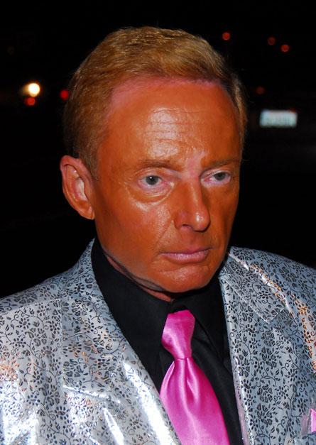 hombre formal con bronceado mal extremo