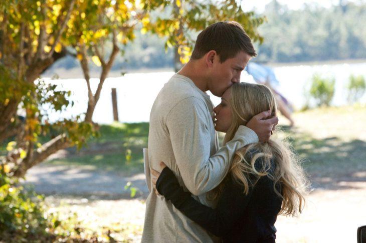 hombre besa la frente se su mujer