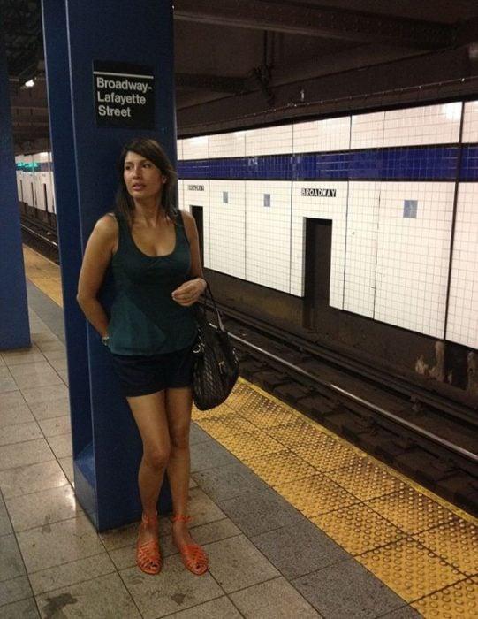 mujer de 52 años se ve de 30 estacion del metro