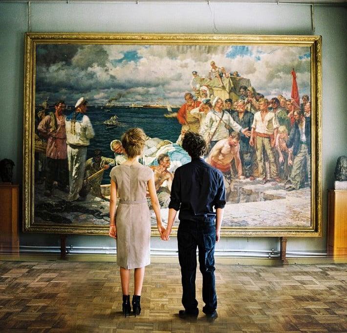 pareja mirando obra de arte museo