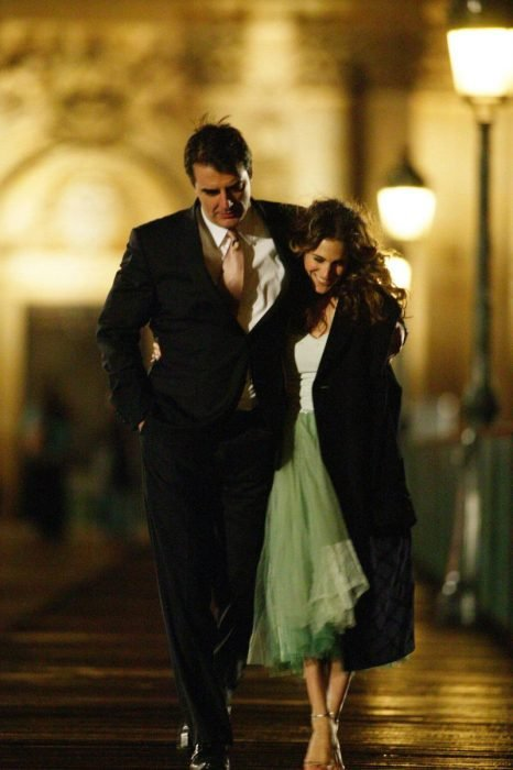 pareja de casados caminando abrazados
