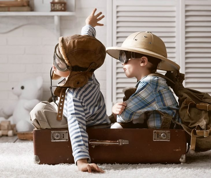 par de niños jugando a pilotos avion