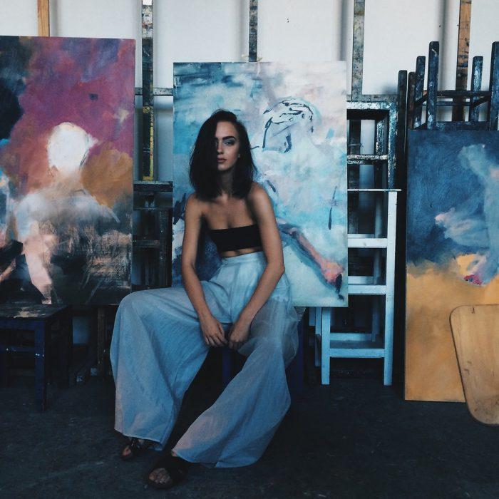 mujer artista taller cuadros