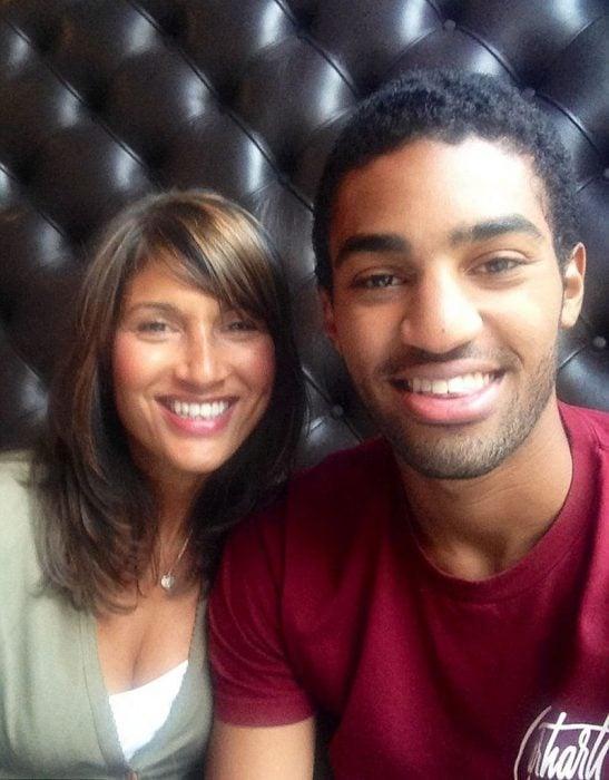 mujer de 52 años con su hijo de 21 años