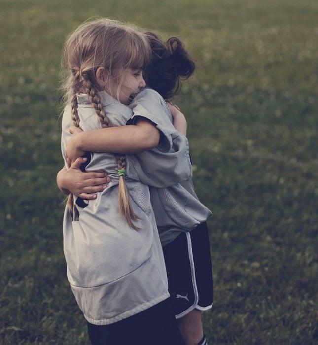 niñas abrazadas felices sonrien