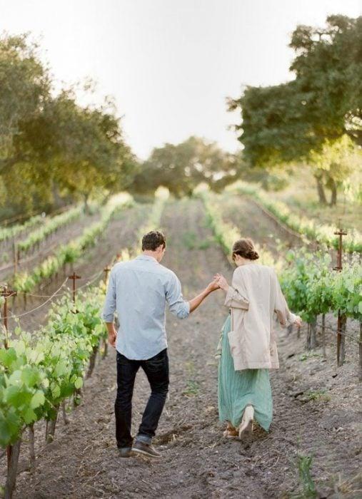pareja en un viñedo