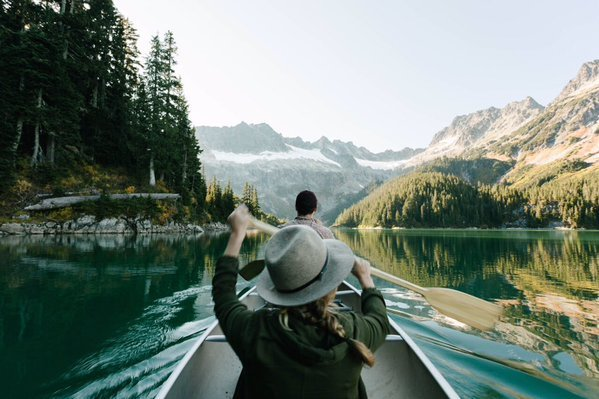 pareja en bote lago