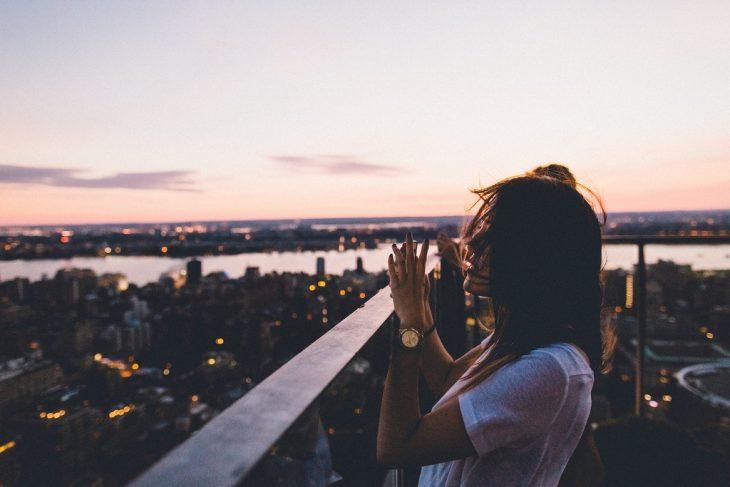 mujer balcon muelle fotografía