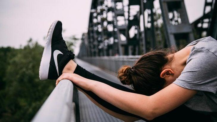 mujer activa haciendo ejercicio calentamiento