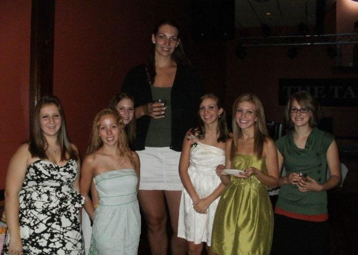 chicas bajitas al rededor de chica muy alta