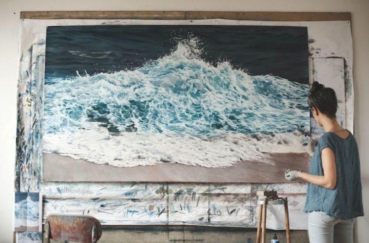 mujer pintando taller mar zaria forman