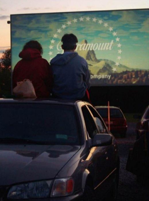 pareja arriba de coche en un autocinema peliculas