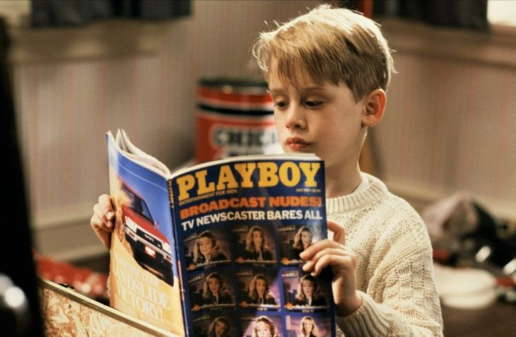 niño mriando revista para adultos playboy
