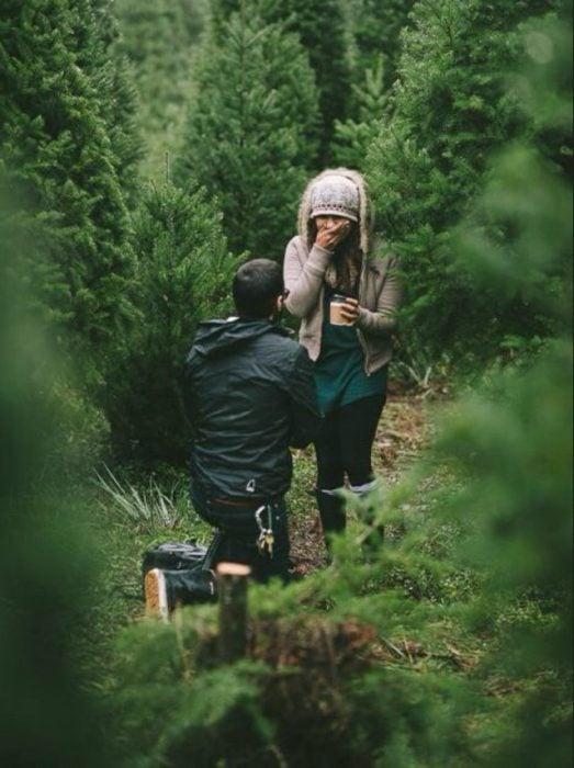 hombre incado propone matrimonio a su novia