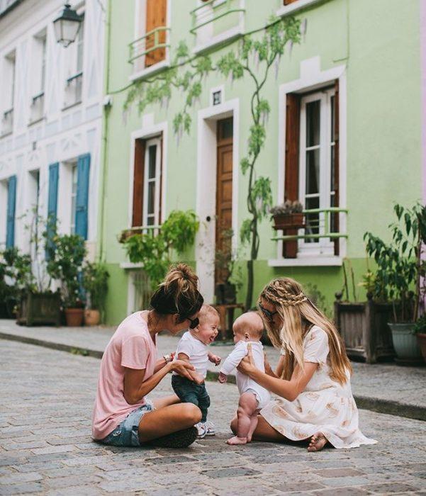 pareja de madres con sus hijos incados